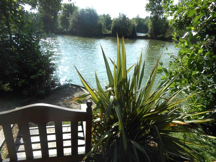 Lily Lake Yurt private HOT TUB set by lake. - Hatfield Peverel - Rundzelt
