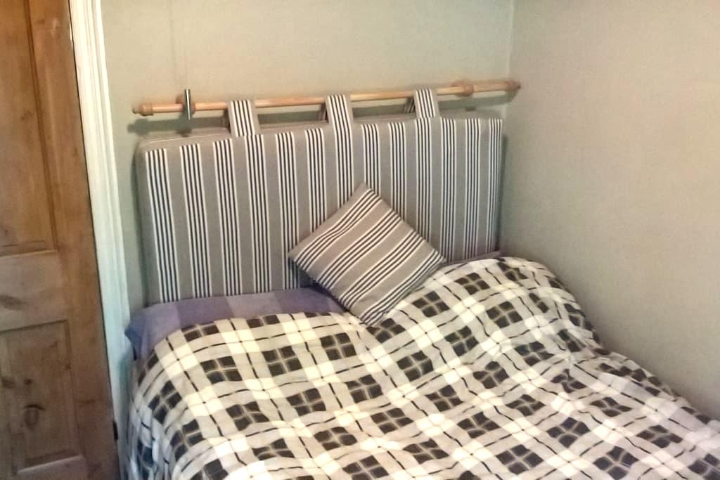 Small Double room, village setting - Radcliffe on Trent - Hus
