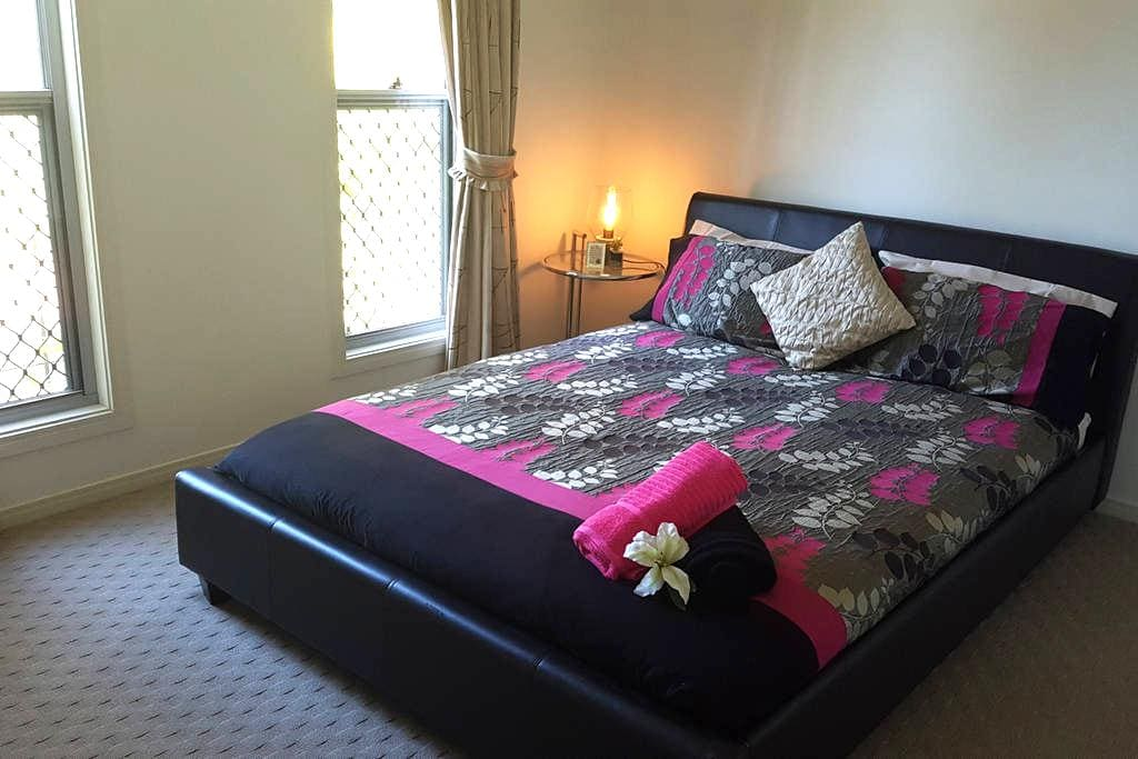 Clean, Comfortable & Quiet Retreat-Fast Free WiFi! - Calamvale - Huis