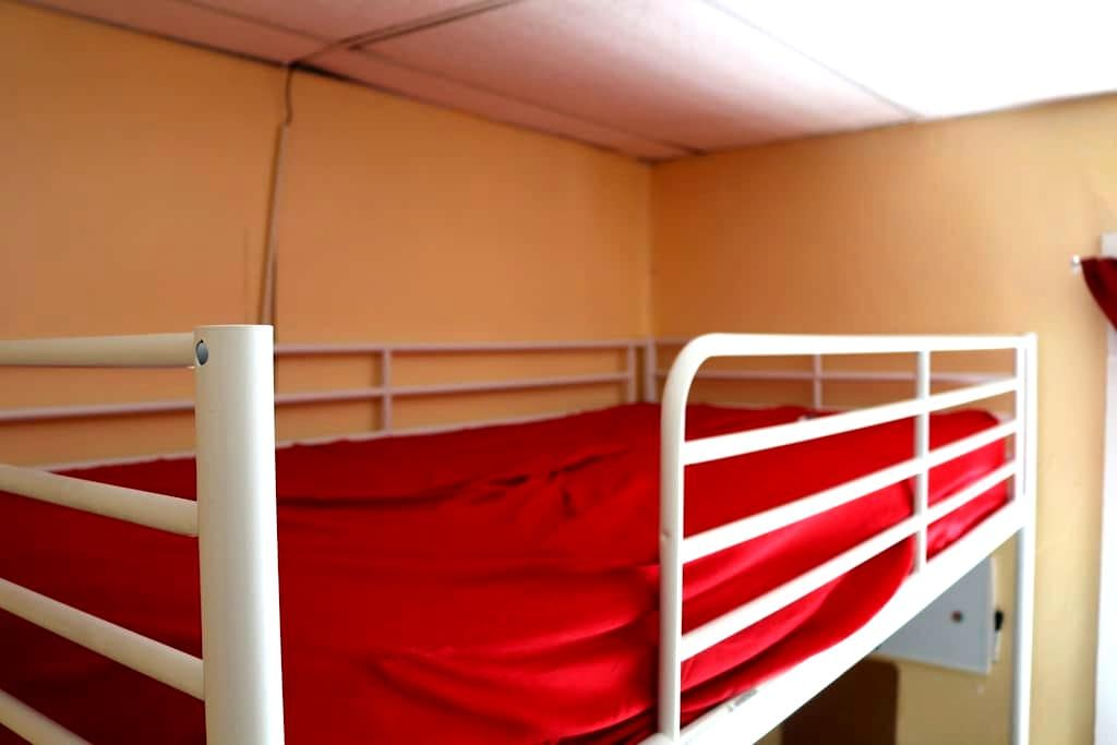 A bunk bed,  Come and crash for the night, cheap! - Вустер - Квартира