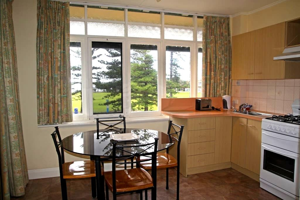 Park View Suite by the Beach - Glenelg - Apartment