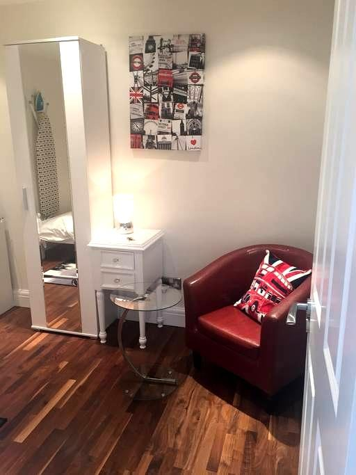 Private Room 15 mins LondonL - Londres - Casa