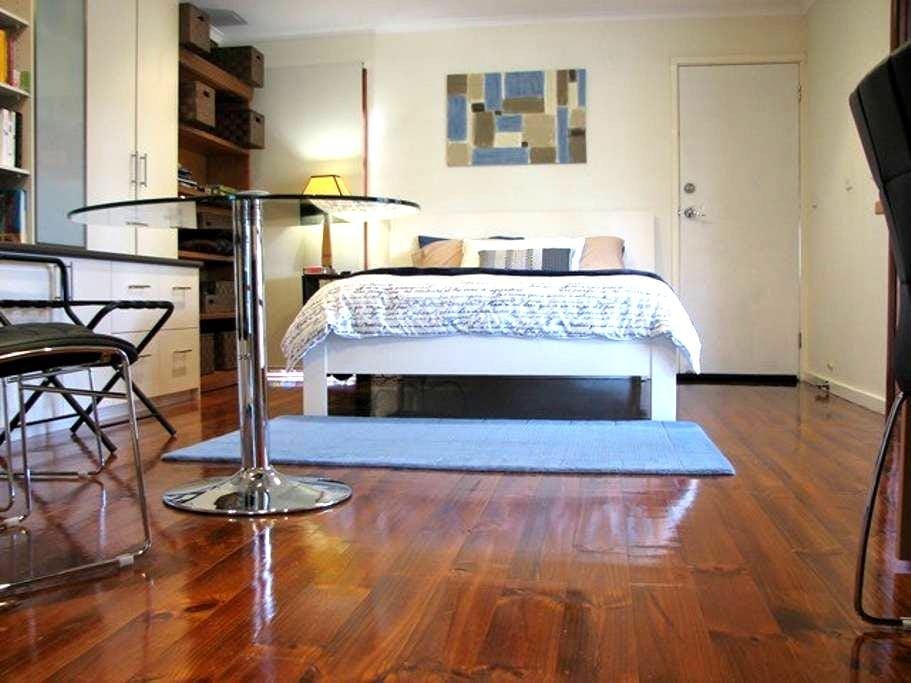 Large and Private Studio - Canberra - บ้าน