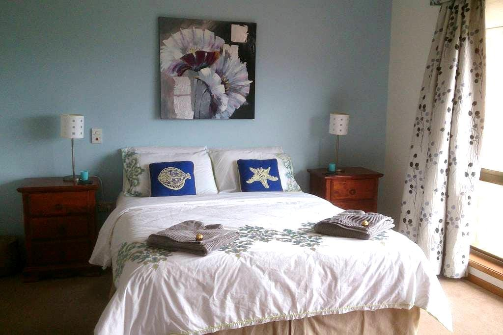 Hobart-Howrah B&B front apartment - Howrah - House