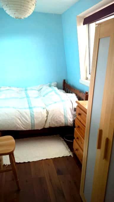 First floor flat in centre of village - red door. - Tarves - Bed & Breakfast
