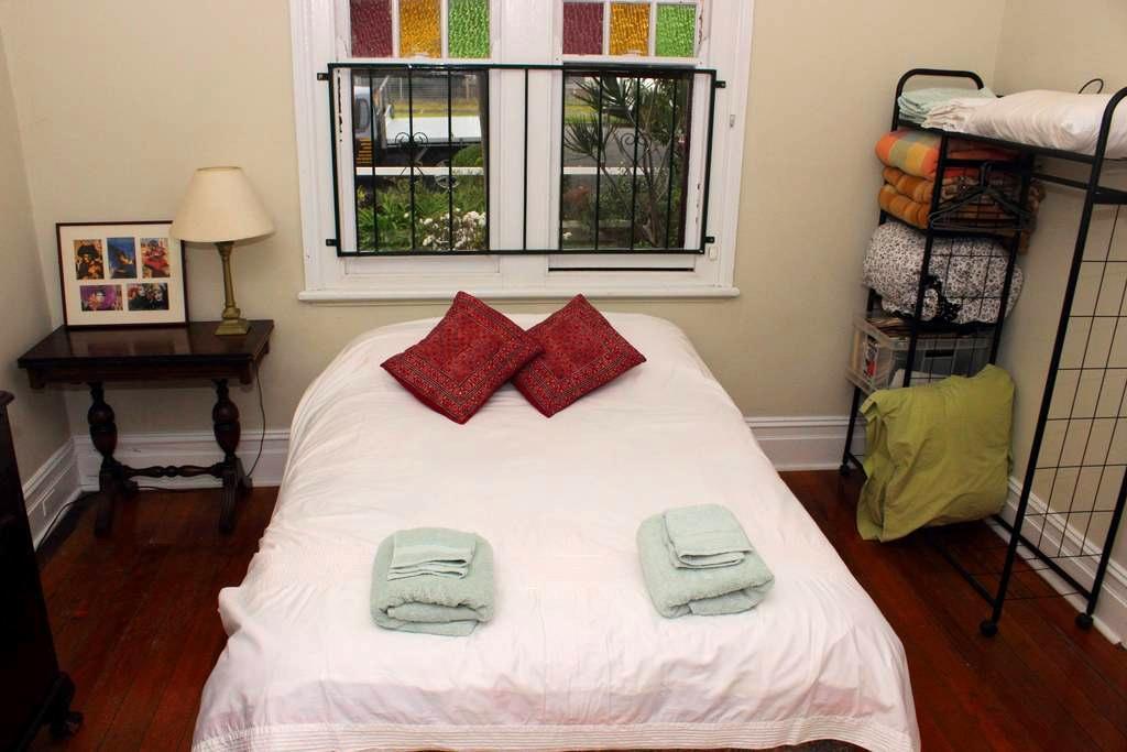 Private, calm airy room in Hamilton - Hamilton - Rumah