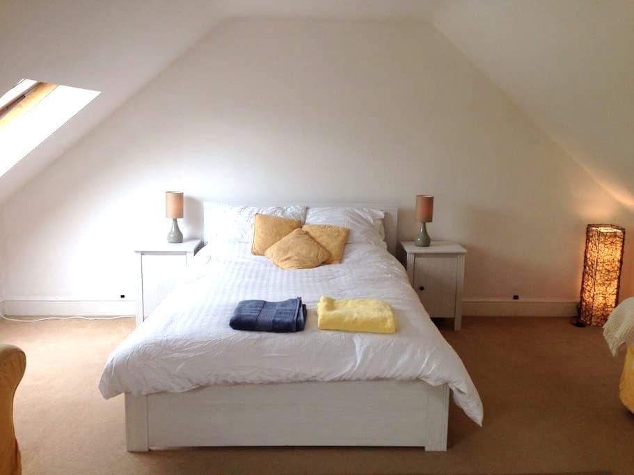 Large airy attic room with ensuit - Chippenham - Rumah