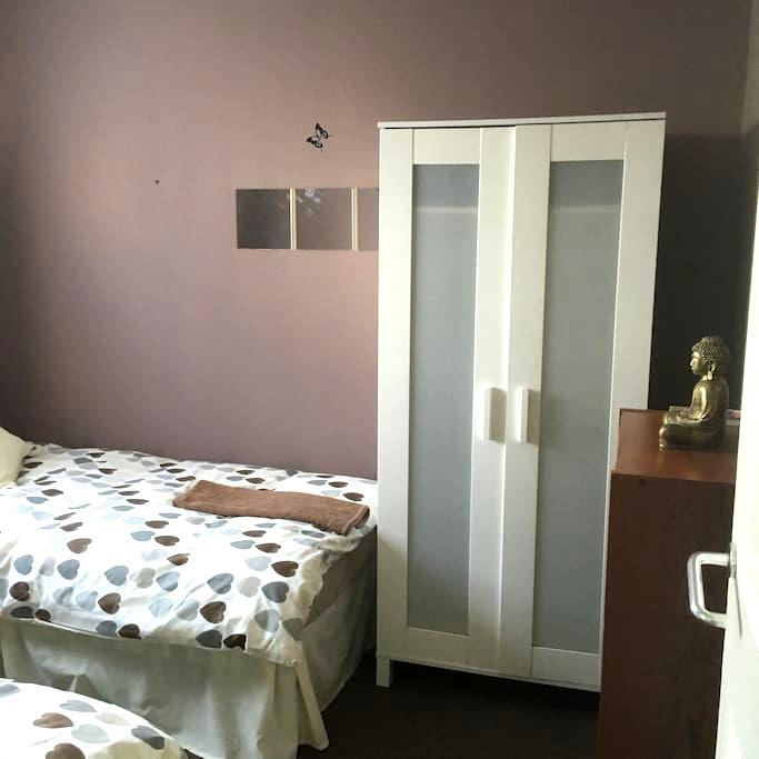 Nice room, 2 single beds - London