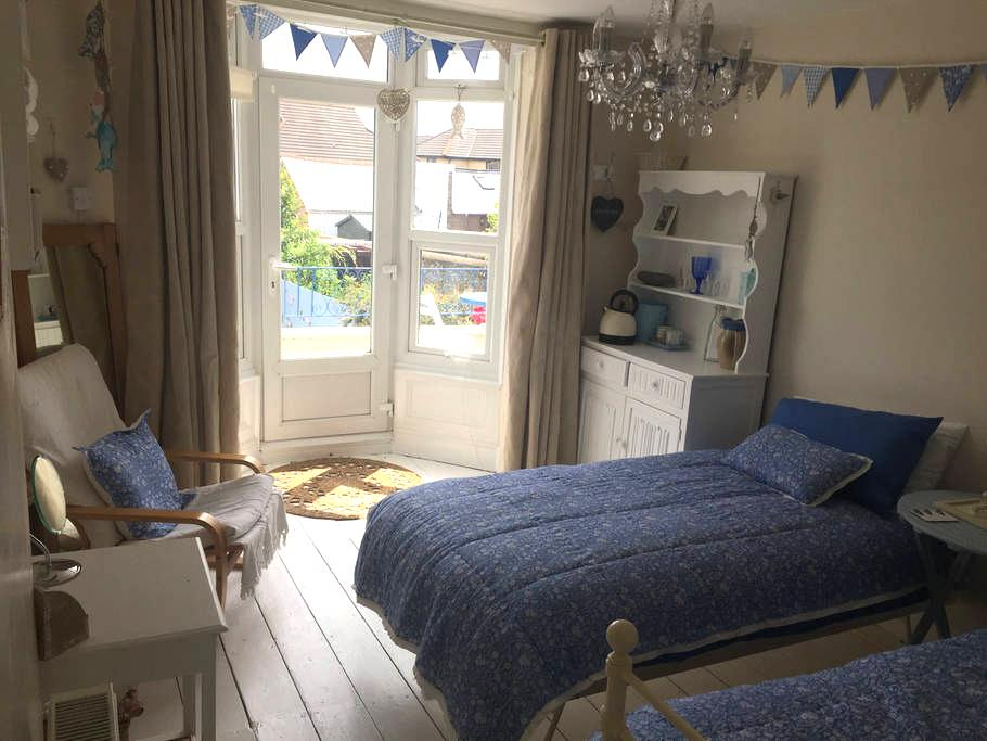 'Top of Town' Bright Room with Pretty Balcony. - Bideford - 타운하우스