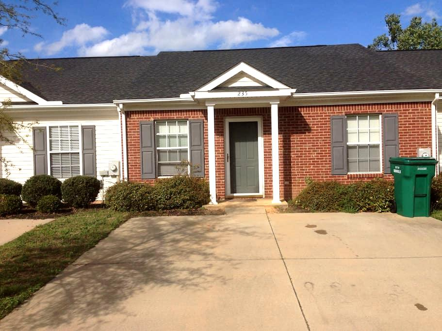 clean townhouse in convenient area - Greenwood - Hus