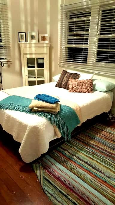 Queen room in cottage near beach - Forster - Inap sarapan