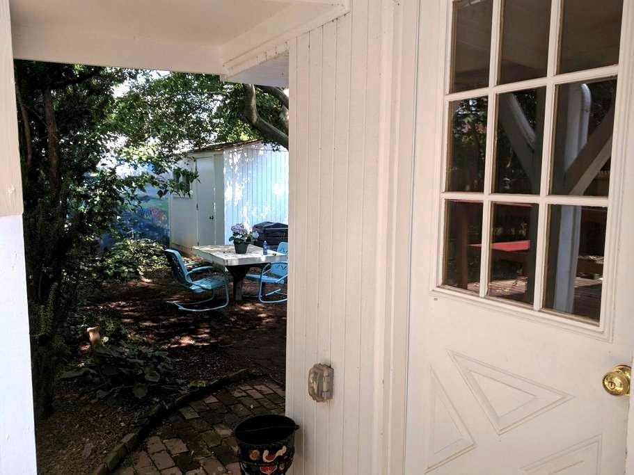 Bed, Bath & Backyard - Phoenixville Guest Suite - Phoenixville - Appartement