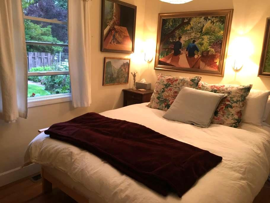 Cozy guest room and bath in Lake Forest Park - Lake Forest Park - Rumah
