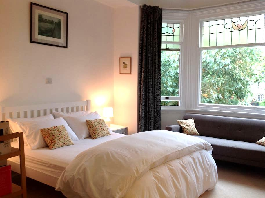 Spacious and sunny room in beautiful Didsbury - Manchester