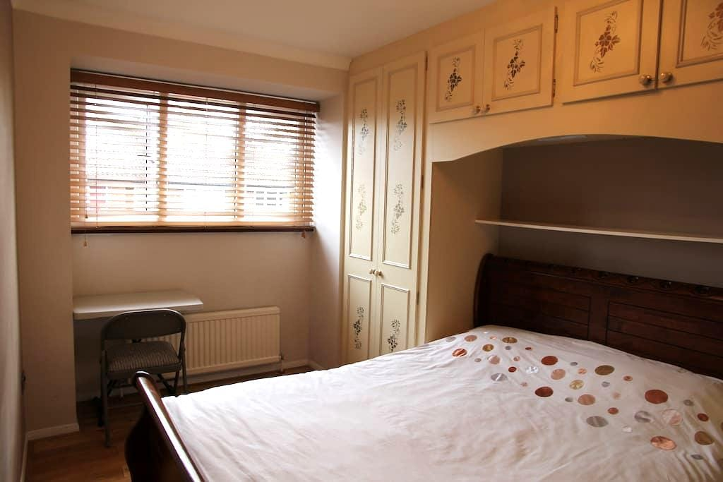 Private room with TV, Wi-Fi - London