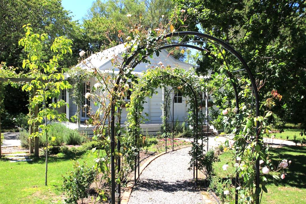 Little Branches Bed and Breakfast - Tauherenikau - Bed & Breakfast