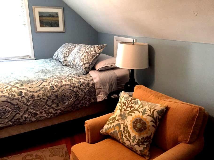 Cedar Cottage--Queen Bed - Milwaukee - Talo