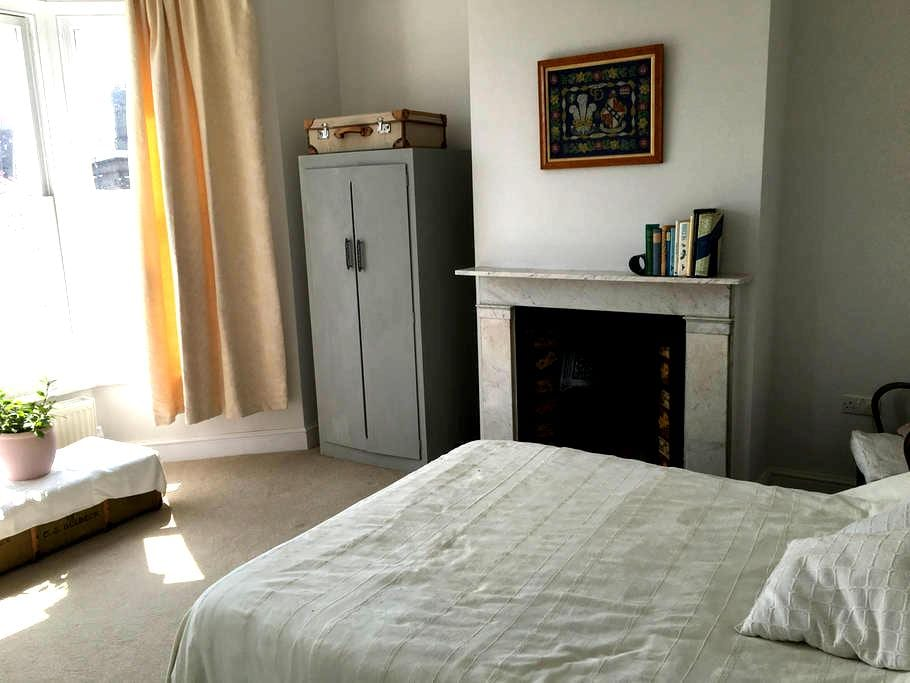 Double room in Ryde with en suite shower room - Ryde - Bed & Breakfast