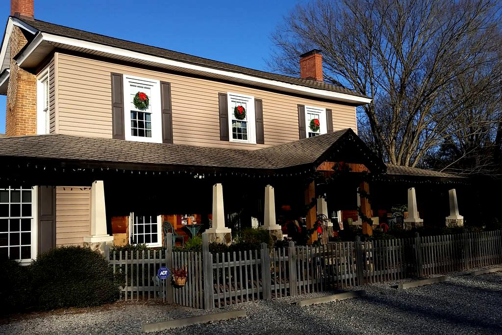 Silly Chickens Lodge B&B - Mooresville - Pousada