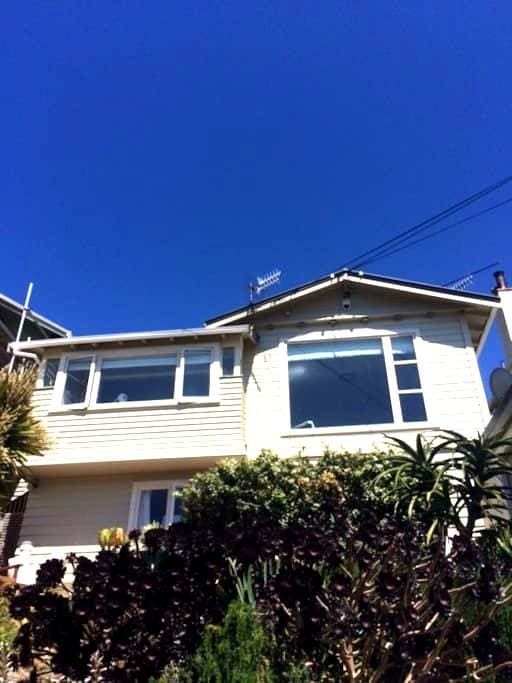 Private room in house with airport and sea views - Wellington - House
