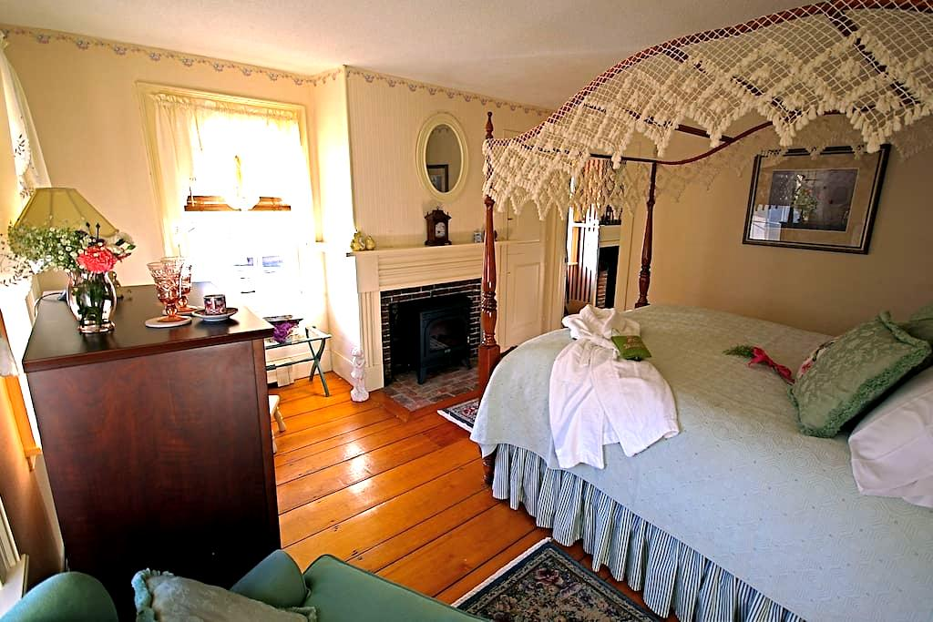 Federal House Inn, Sally's room #4, Private bath - Plymouth - Bed & Breakfast