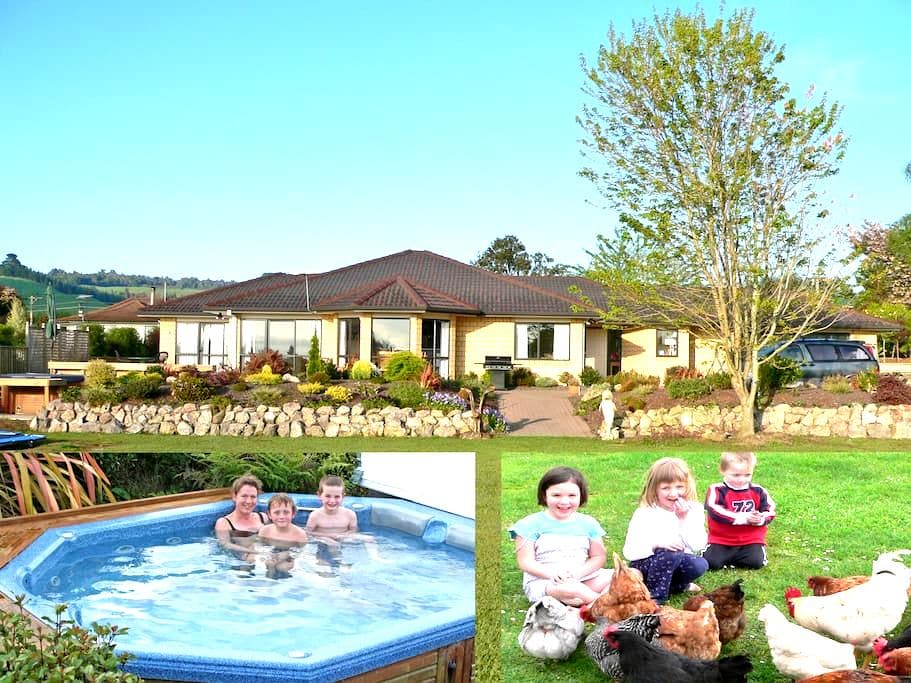 Farm animals & hot spa, still in town boundary! - Rotorua - Bed & Breakfast