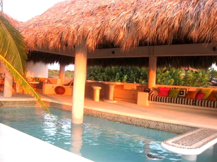 Casa Bamboo - Beachfront House - Zihuatanejo