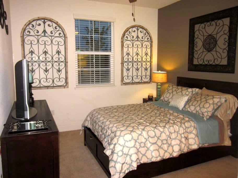 Private Room & Bath in Model Home - Gilroy - Huis