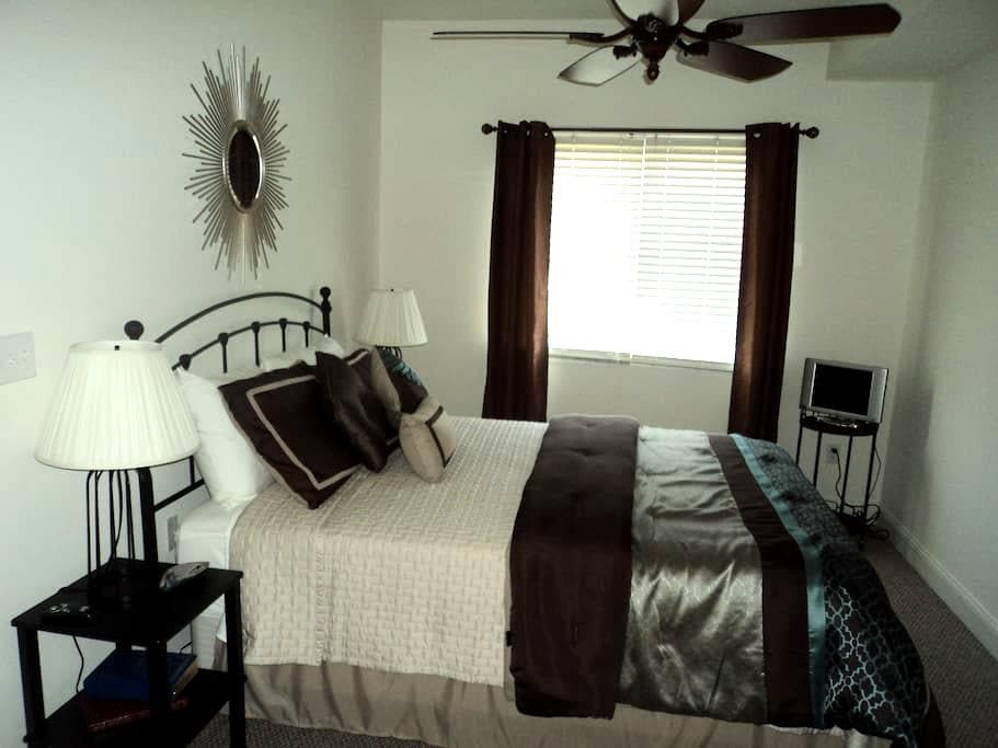 Fresh & Bright Private Bed & Bath - Stevensville - Townhouse