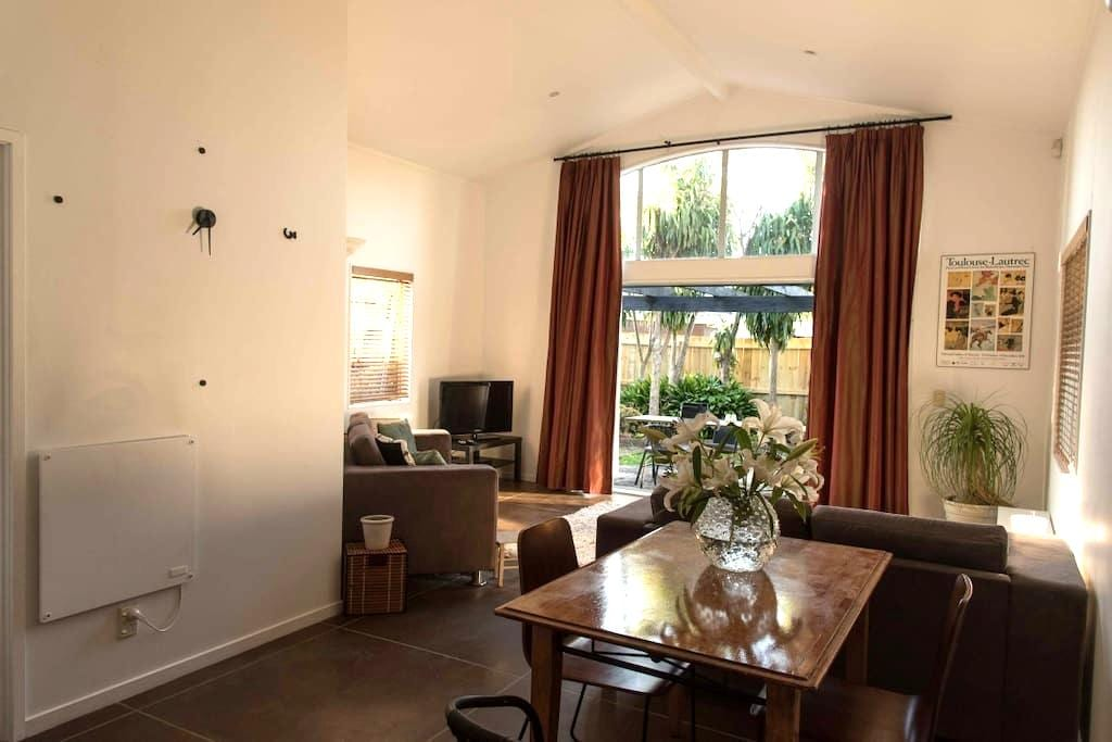 Comfortable, city-fringe home, private sunny room - Auckland - Haus