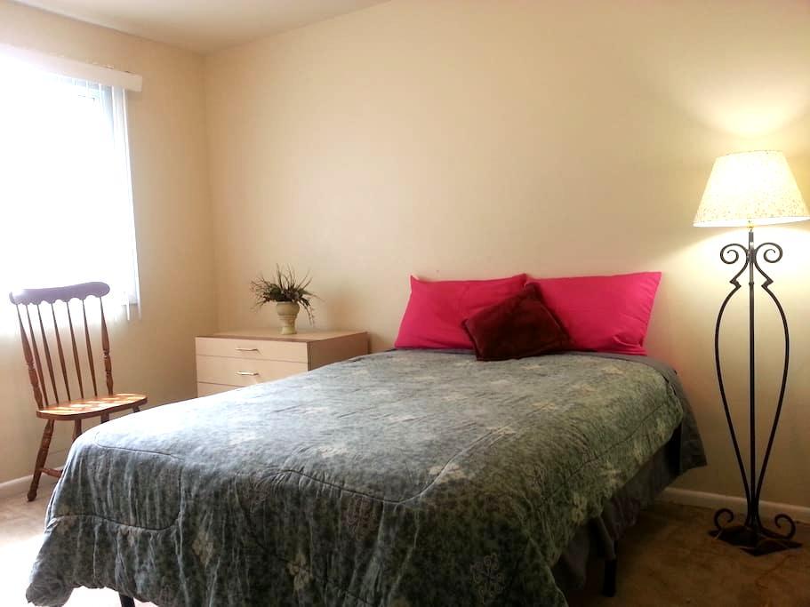 Midsize room, 10 min to Nat'l Harbor, shops, bus - Temple Hills - Condominium
