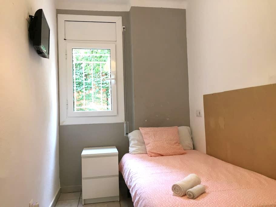 Private room with TV in quiet zone - Barcelona - Appartement