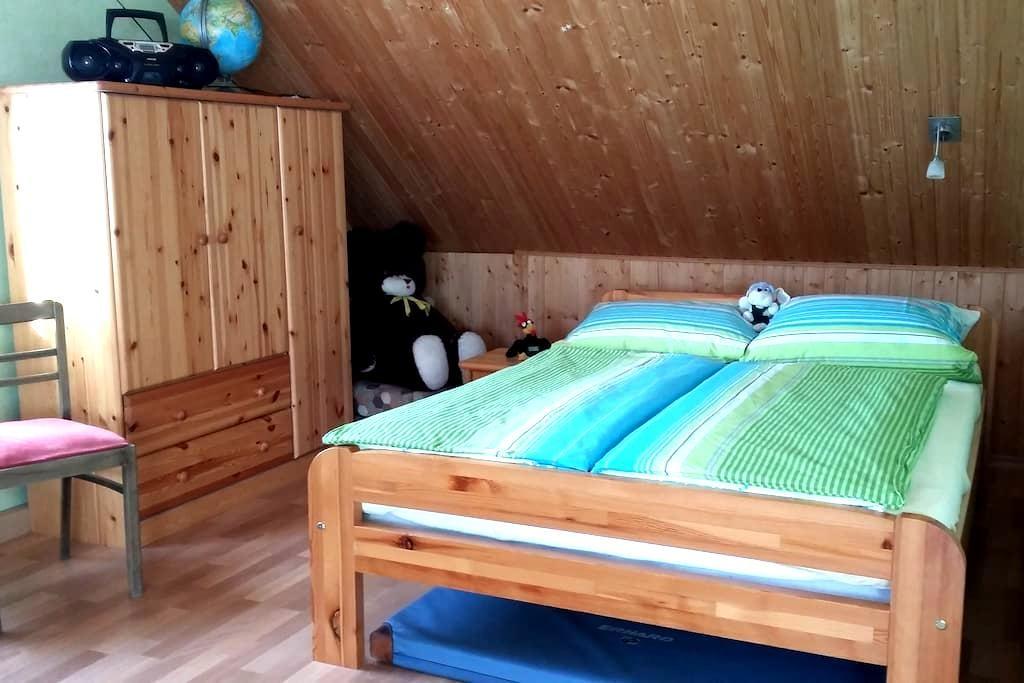 Großes sonniges Zimmer für 4 - Gebsattel - บ้าน