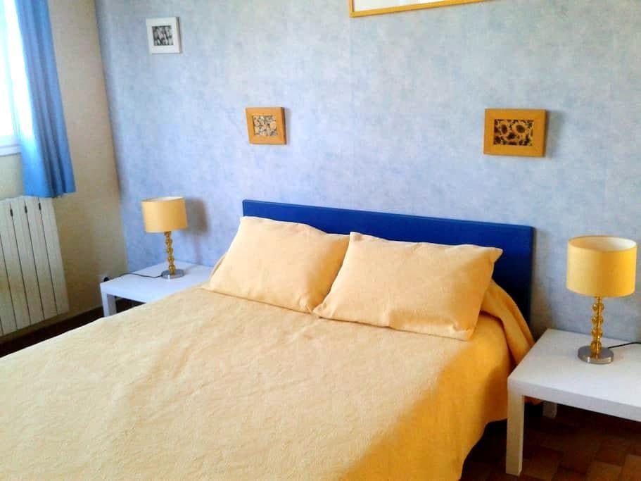 En jaune et bleu - Jonquières - Σπίτι