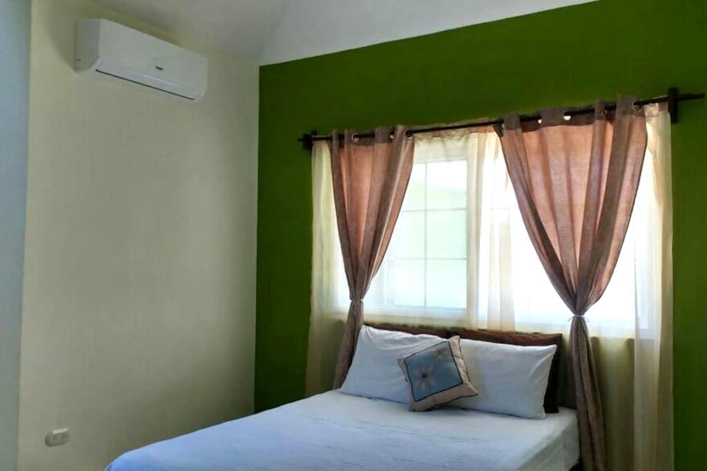 Jaguar room. 2.5 miles from Flores - San Benito - House