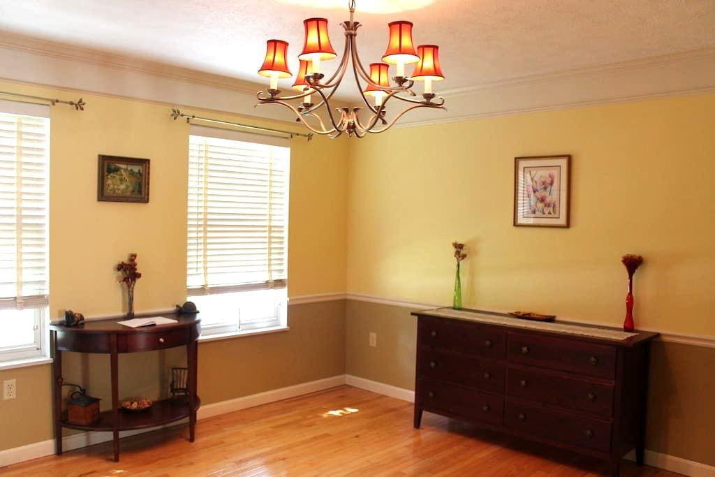 3 Bed, Beautiful & Spacious Two-Story Home - Pittsburgh - Casa