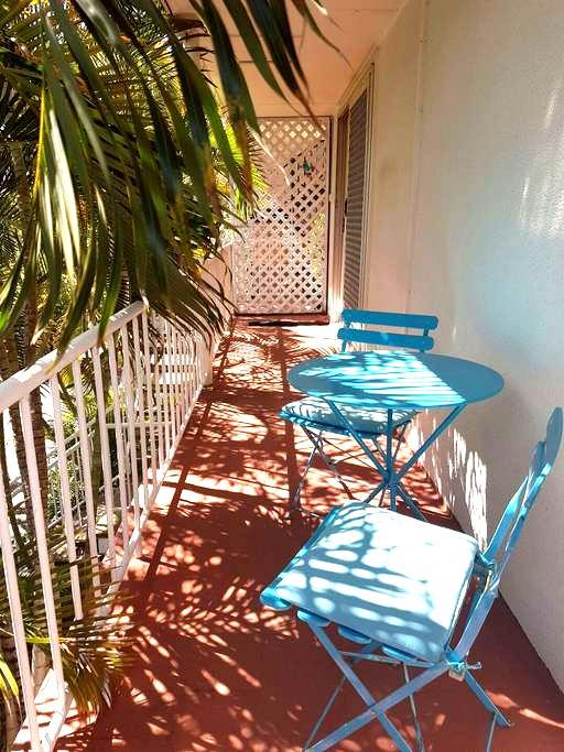 Sunny Queenslander on Chevron - 冲浪者的天堂 - 公寓