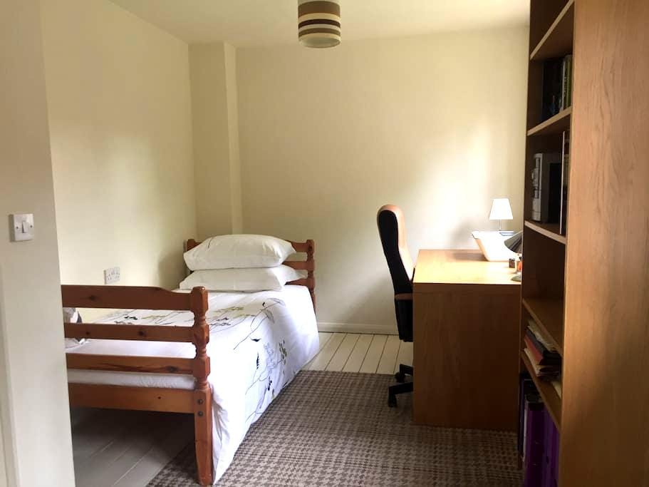 Clean and confortable single bedroom. - Stoke-on-Trent