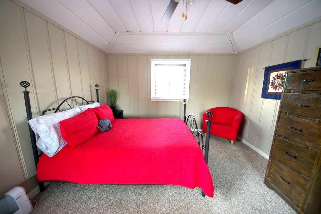 Cozy Upstairs Loft Bedroom Minutes from Downtown - West Sacramento - Rumah