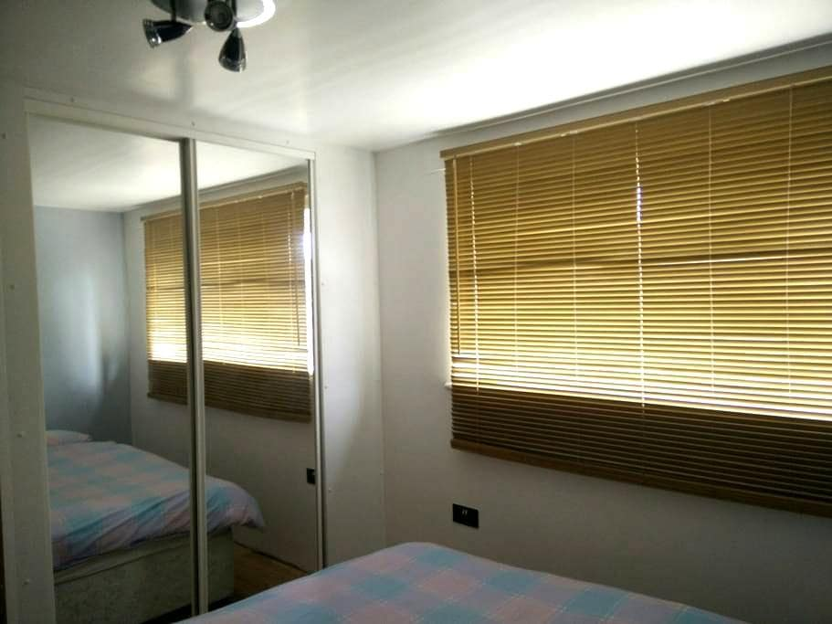 King size double bed parking - Potters Bar - Huis