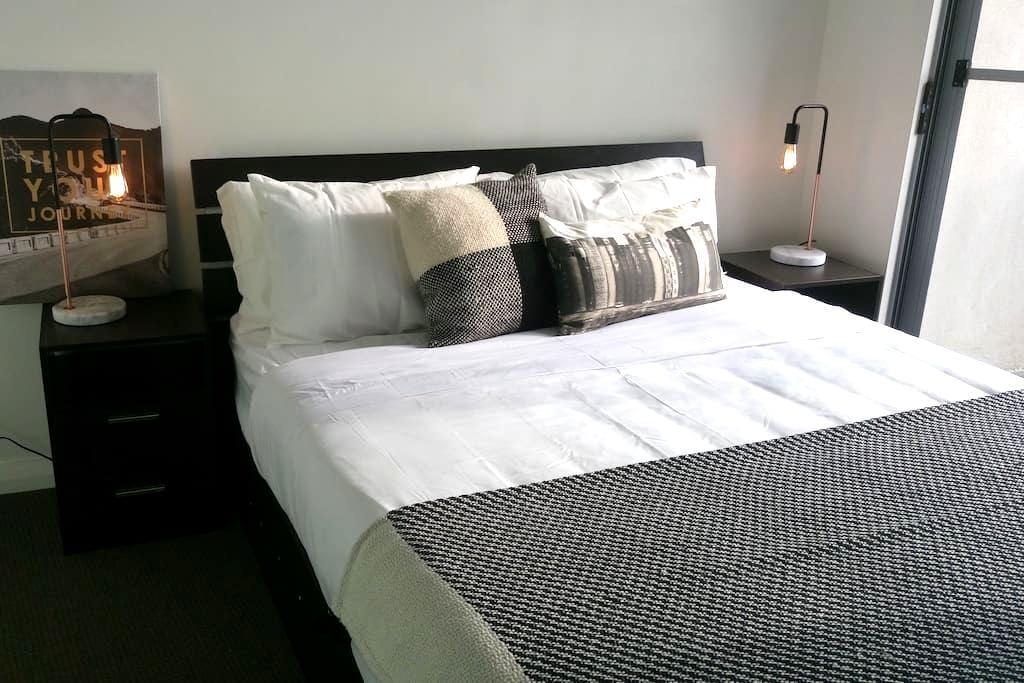 Modern Room with ensuite & balcony - Hurstville