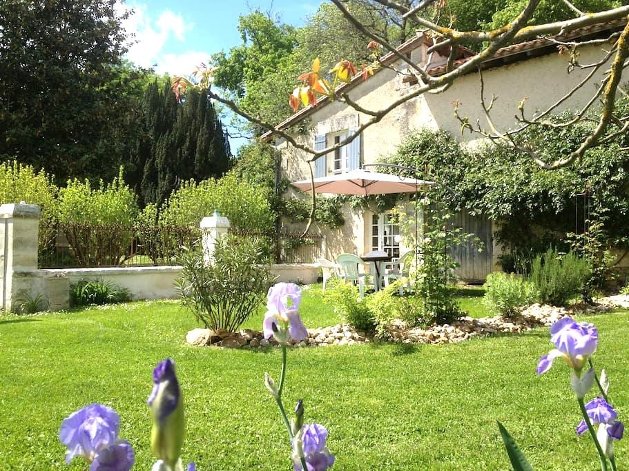 Pretty Cottage close to Aubeterre  - Laprade - Hus