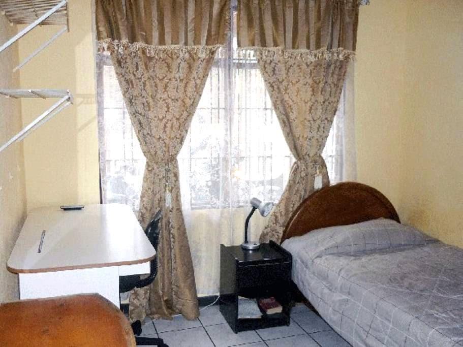 small secure room in Mary´s Home - Sabanilla - Ház