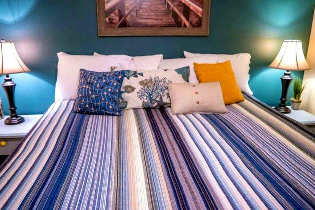 Cozy King Bed, Walk to Beach, Fire Pit & HOT TUB! - Rockaway Beach - Haus