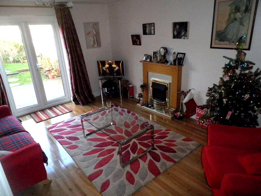 Room with en-suite wi fi cosy ,plenty of parking . - Newbury - Townhouse