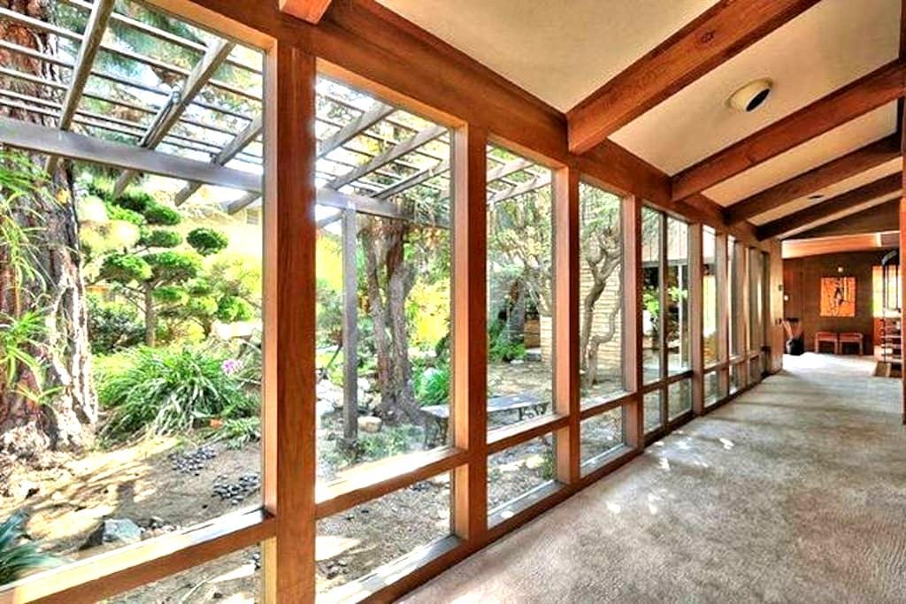 Frank Lloyd Wright Style Oasis #4 - Oxnard - Bed & Breakfast