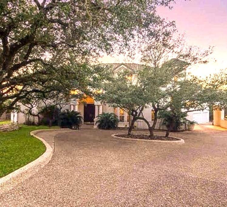 ✨Mediterranean Zen Villa with a stellar pool!✨ - San Antonio - Talo