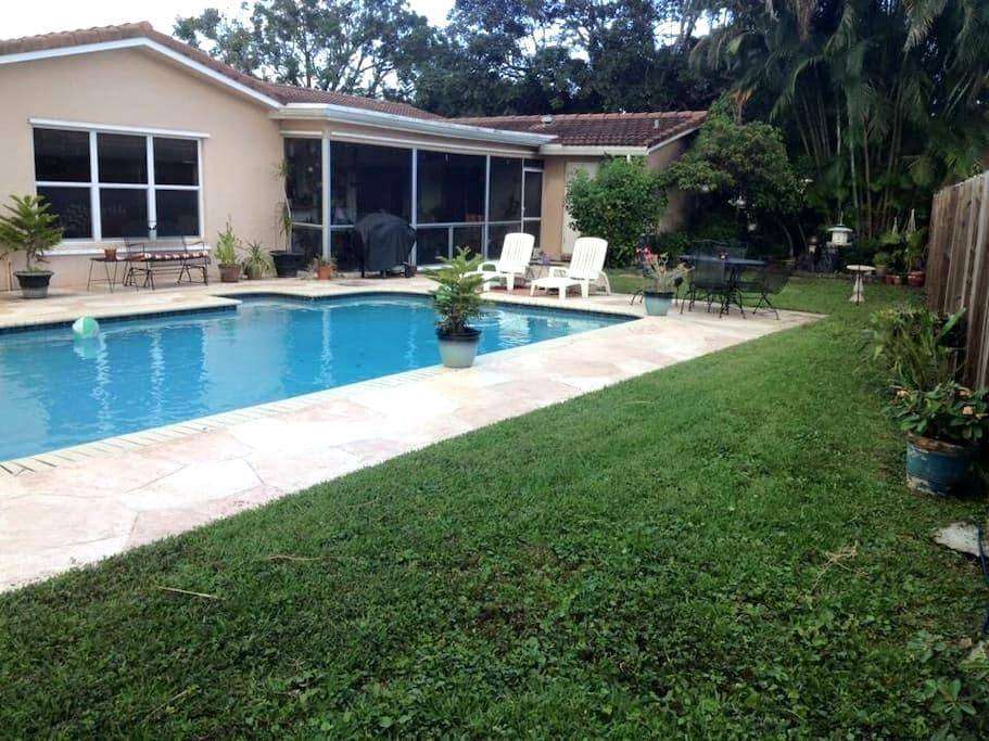 Beautiful Quiet pool home - Coral Springs - House