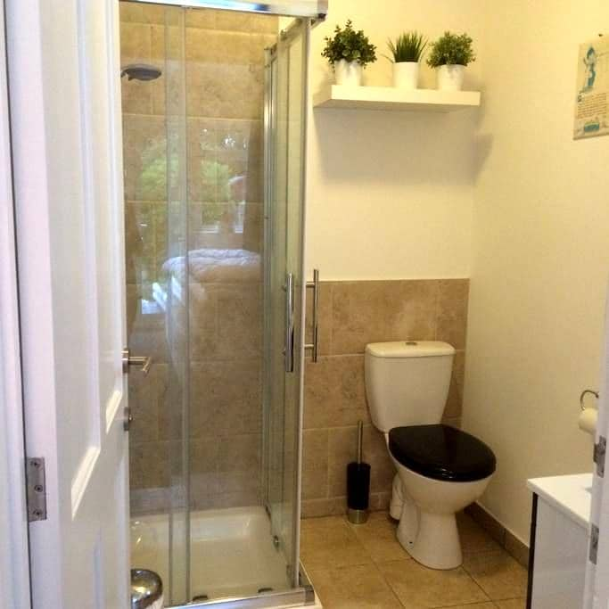 Light & roomy twin bedwith ensuite shower room - Swanage - Haus