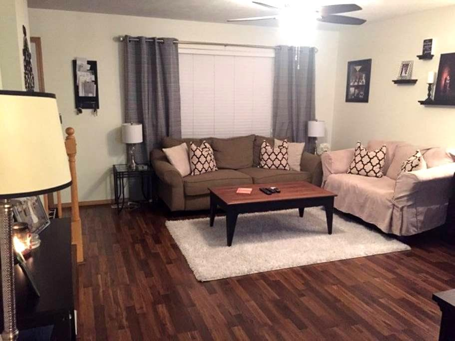 Cute entire home, for private BR only see listing - Bloomington - Apartment
